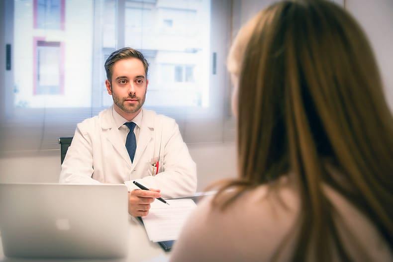 Doctor Valentín Yuste entrevistando a un paciente.